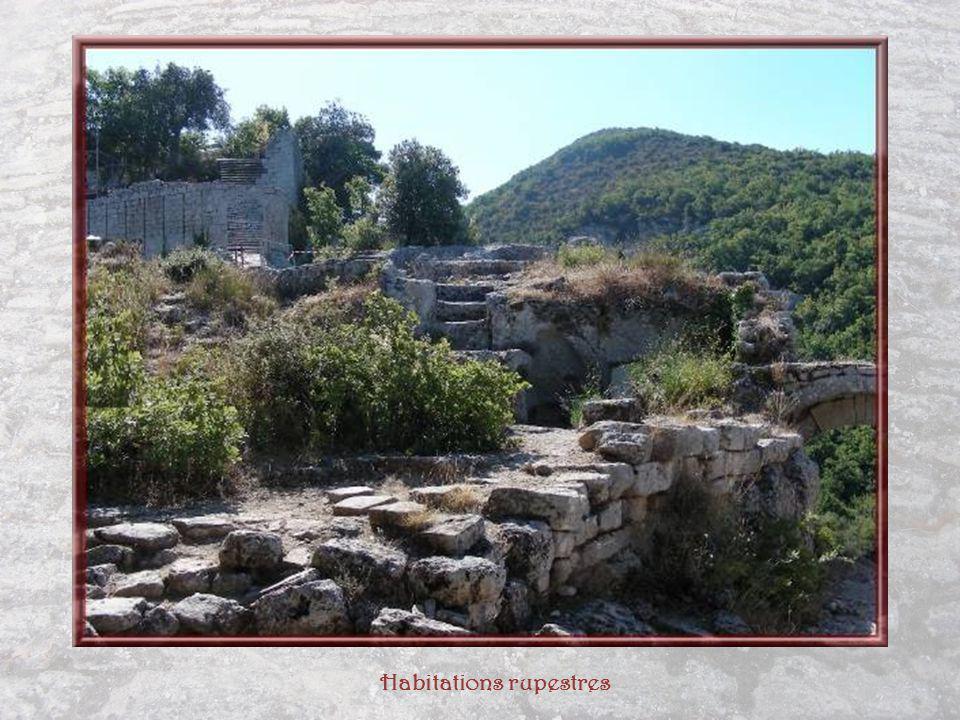 La forteresse sétendait sur une longueur de 500 mètres et une largeur de 40 à 100 mètres.