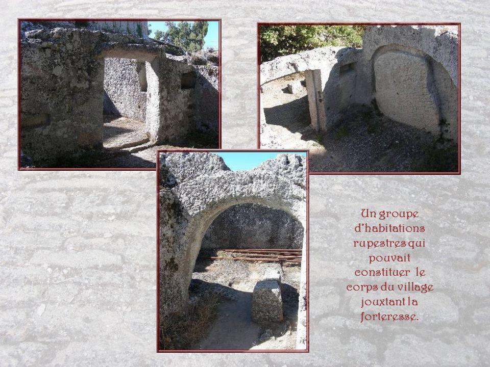 Une aire denviron 80 m2 présente une concentration de seize silos de taille et de contenance différentes, formés dun anneau monolithique dans lequel sinsérait un couvercle discoïdal probablement en bois.