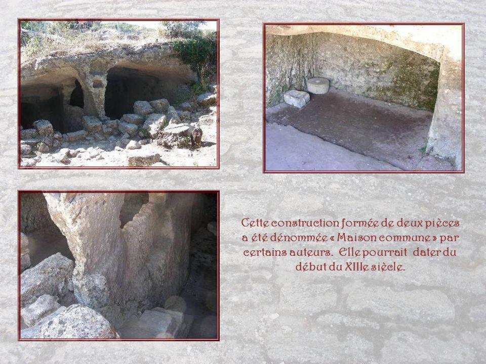 Un groupe dhabitations rupestres qui pouvait constituer le corps du village jouxtant la forteresse.