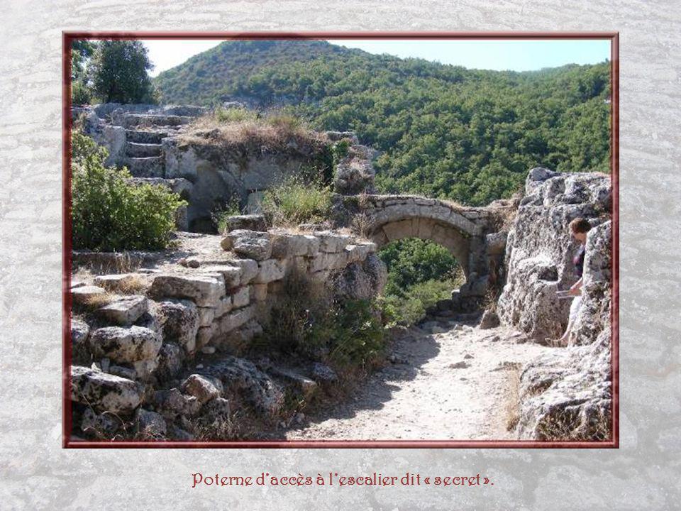 Cette construction formée de deux pièces a été dénommée « Maison commune » par certains auteurs.