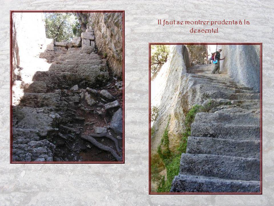 Après un parcours difficile denviron 300 mètres, on atteint lescalier dérobé de 60 marches, taillé dans le roc.