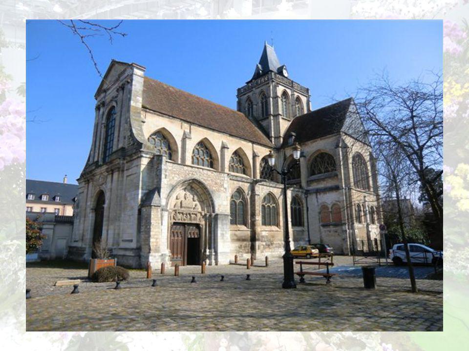 Léglise Abbatiale St Taurin. Fondée au 10e siècle par Richard Sans Peur,duc de Normandie, à lendroit présumé du tombeau de St Taurin, 1er évêque évang