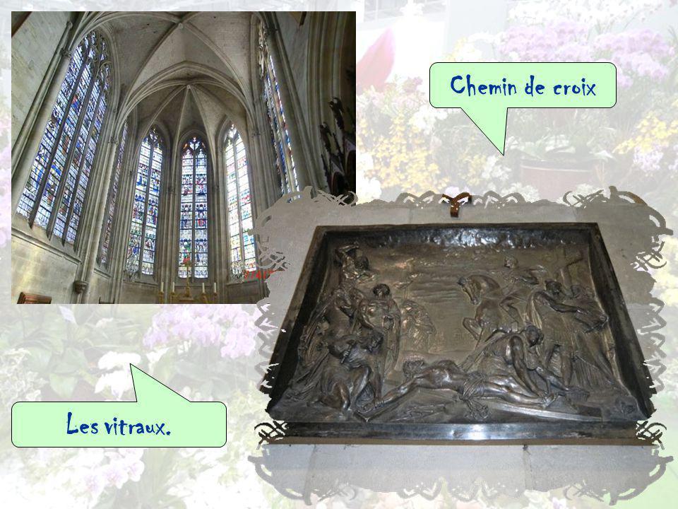 Plusieurs fois remaniée, léglise allie différents styles architecturaux, du 12e au 19e siècle : roman, gothique et baroque.Elle possède une très belle