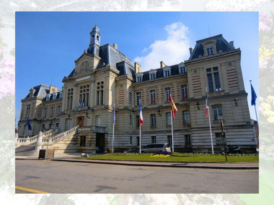 LHôtel de ville Est situé à lemplacement de lancien château des contes dEvreux.