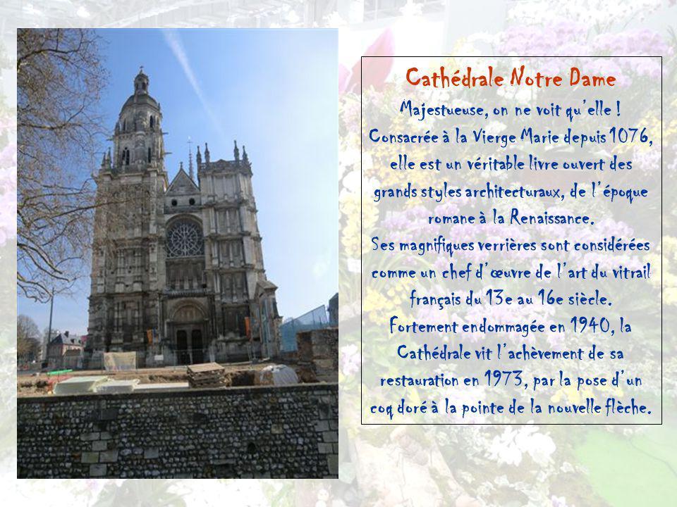 La Cité épiscopale Composée de lancien Palais Episcopal et de la Cathédrale, siège de lévêché, la Cité Episcopale dEvreux offre lun des plus beaux exe