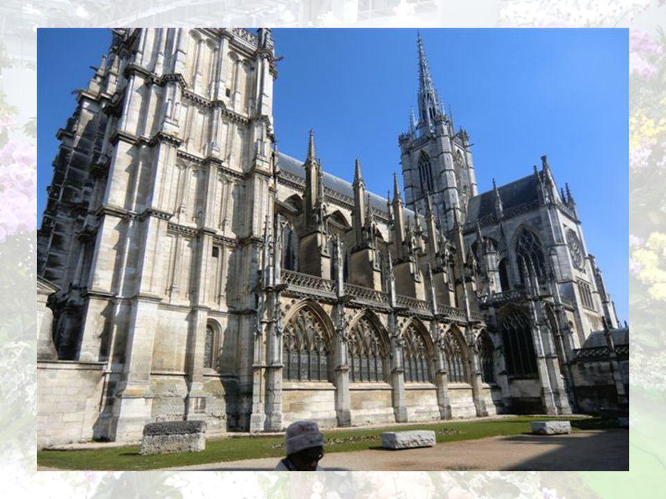Cathédrale Notre Dame Majestueuse, on ne voit quelle ! Consacrée à la Vierge Marie depuis 1076, elle est un véritable livre ouvert des grands styles a