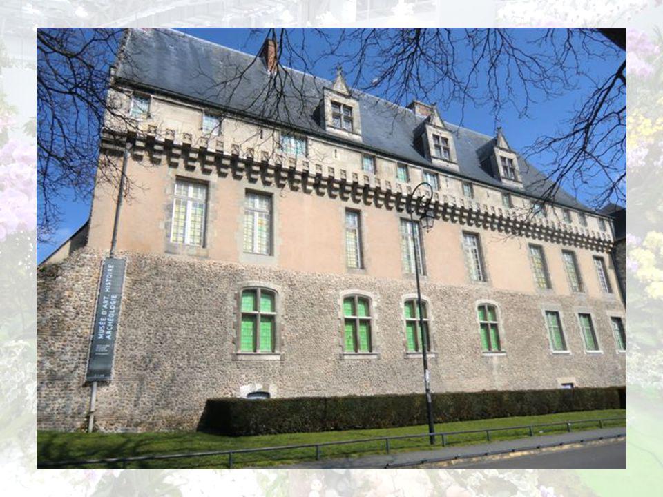 Lancien Palais épiscopal Prenant appui sur la muraille denceinte de la ville, le Palais Episcopal dEvreux, situé près de la Cathédrale, fut construit