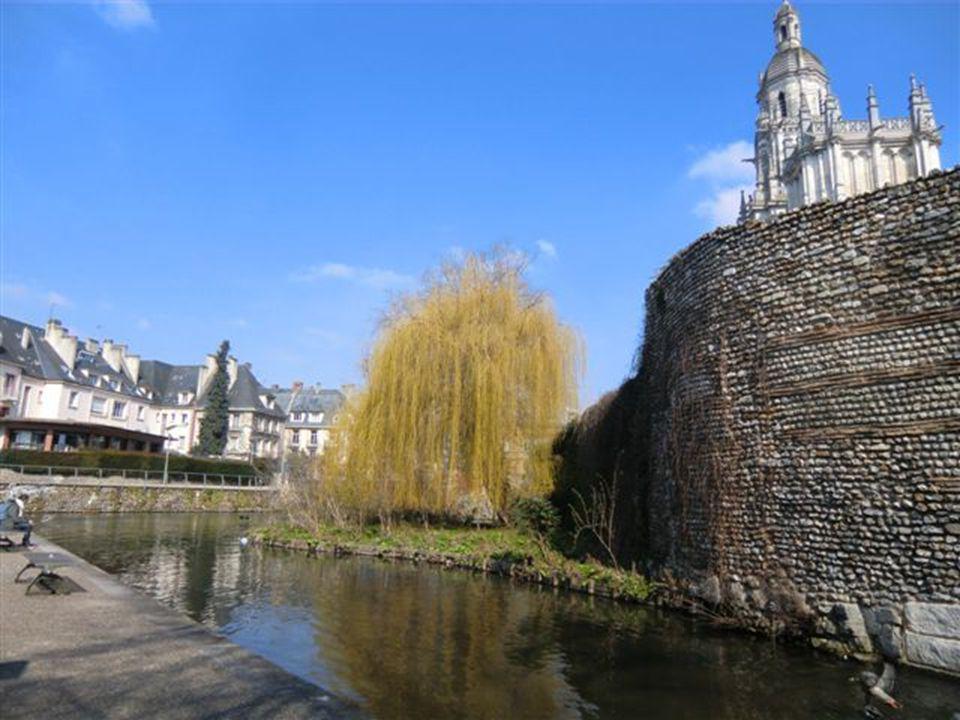 La promenade Charles II et dans son prolongement, celle de Robert de Floques longent la rivière Iton, véritable source de vie, et une partie du rempar