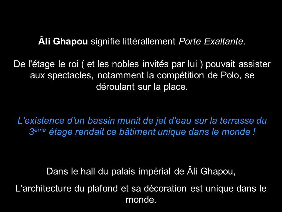 Âli Ghapou signifie littérallement Porte Exaltante. De l'étage le roi ( et les nobles invités par lui ) pouvait assister aux spectacles, notamment la