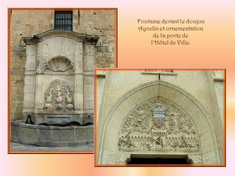 A gauche de lHôtel de Ville, la tour Gilles Aycelin, édifiée par larchevêque du même nom au XIVe siècle.