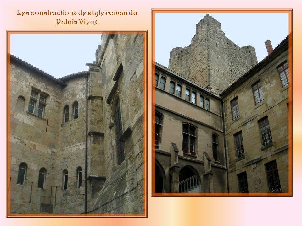 Passage de lAncre : vue côté palais ci-dessus et côté place, à droite.