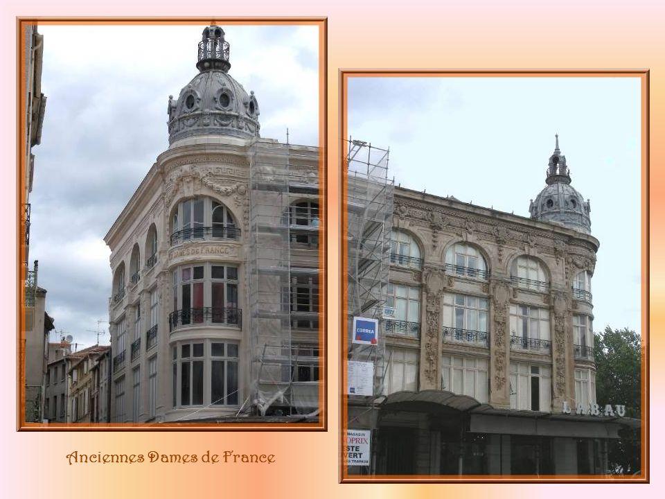 Sur la place de lHôtel de Ville, face à lévêché, lédifice des anciennes Dames de France, actuellement en restauration.