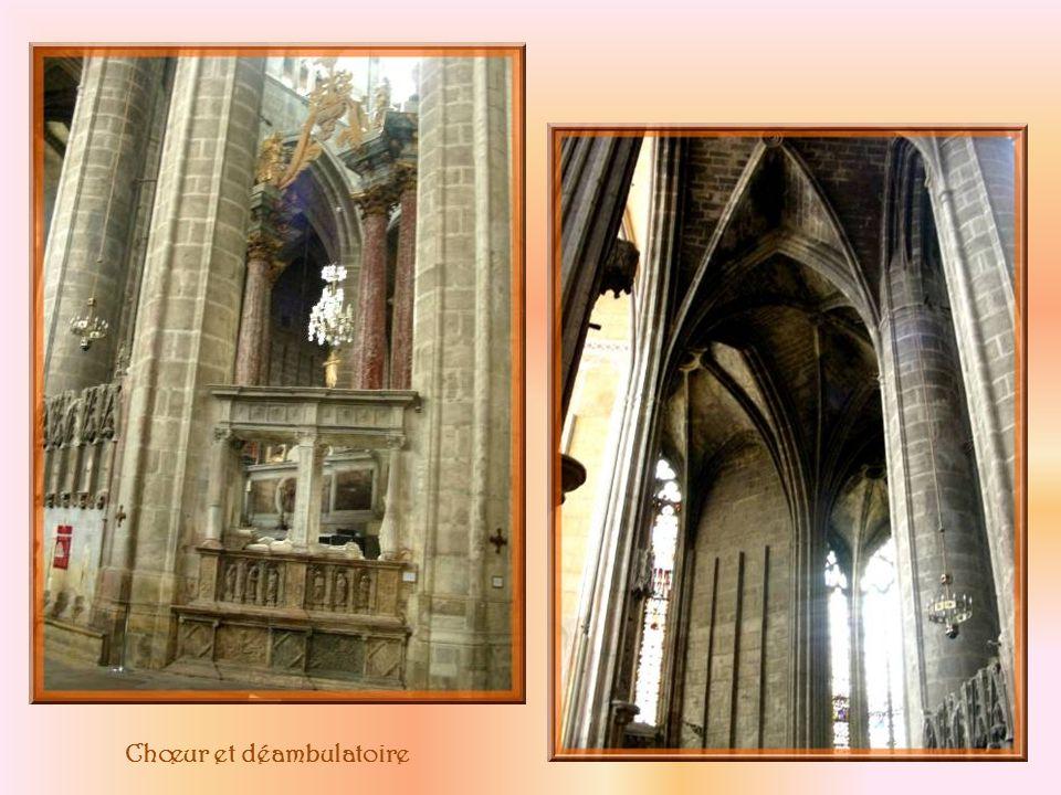 Cette porte dentrée à la cathédrale nous amène directement en arrière du chœur.