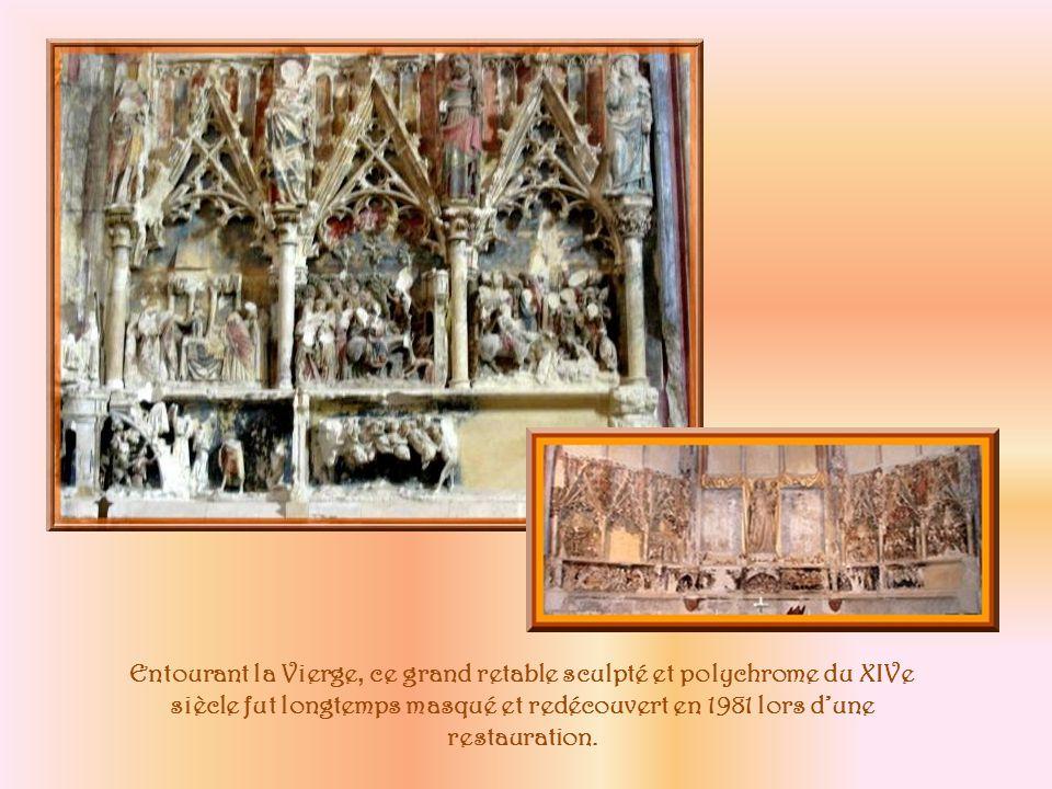 Au XVIe siècle, larchevêque Jean de Lorraine fit placer au milieu du pont des Marchands pour quelle ne soit ni au Bourg ni à la Cité, cette statue de la Vierge que lon nomma Notre-Dame du Pont.