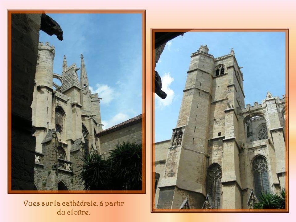 Le cloître fut bâti de 1349 à 1617 à lemplacement de la cathédrale carolingienne de 890 dont il subsiste ce clocher restauré.