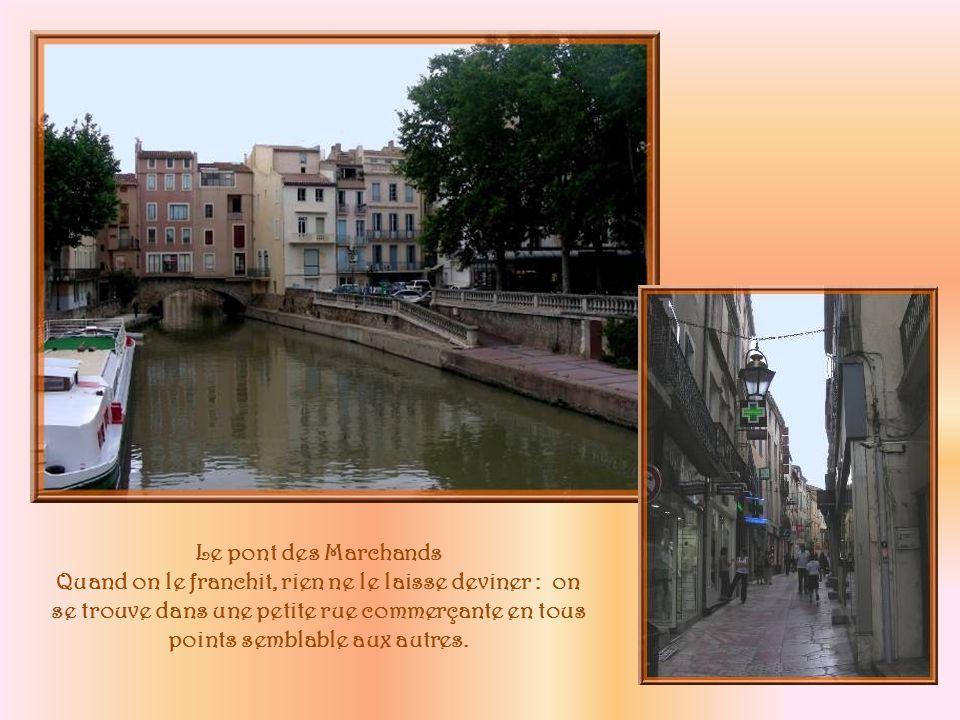 Pour pénétrer au cœur de la cité, nous empruntons la passerelle des Barques qui fut le témoin de la « chasse » aux agents de sécurité envoyés par Paris, le 20 juin 1907.