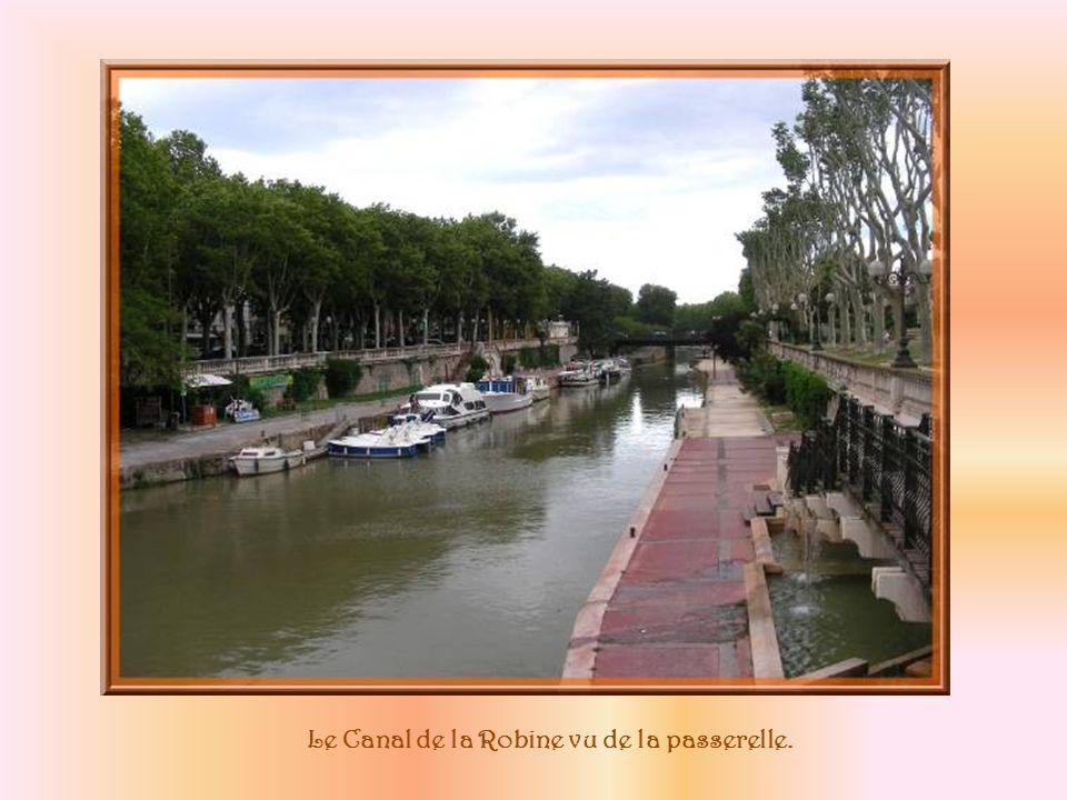 Le pont des Marchands Quand on le franchit, rien ne le laisse deviner : on se trouve dans une petite rue commerçante en tous points semblable aux autres.