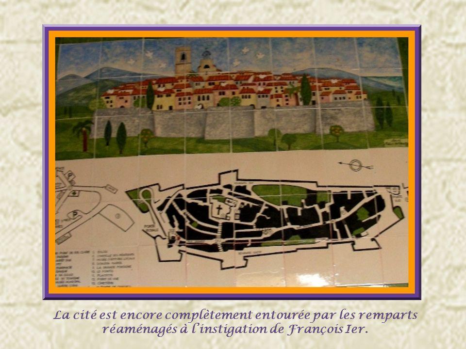 La porte royale ou porte de Vence, construite en plein cintre, remonte à lorigine des remparts.