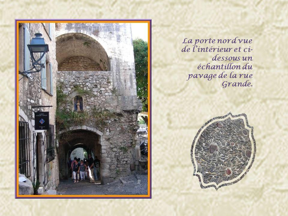 La cité est encore complètement entourée par les remparts réaménagés à linstigation de François Ier.