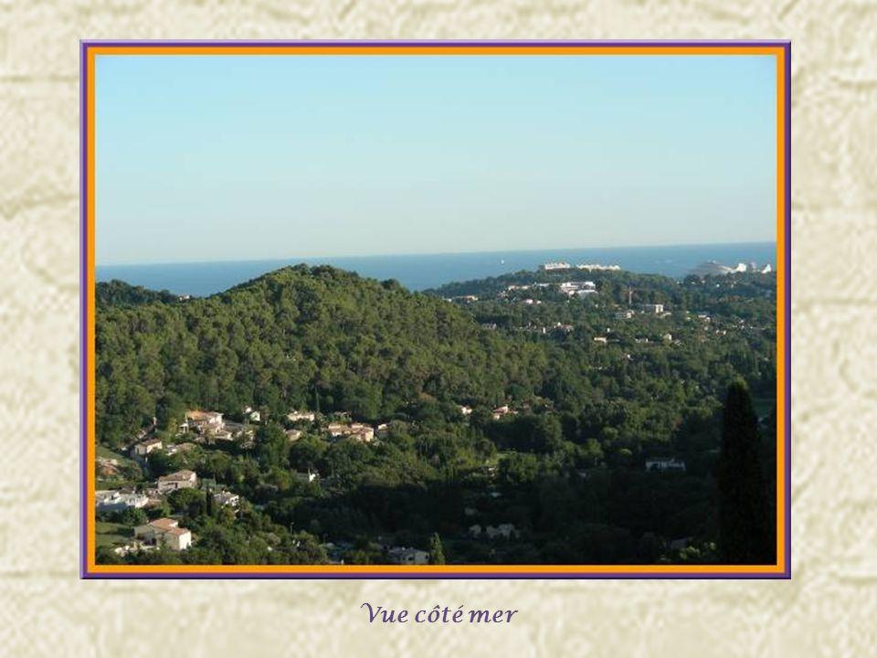 Les remparts médiévaux, complétés par François Ier comme réplique à la citadelle de Nice furent édifiés entre 1537 et 1547.