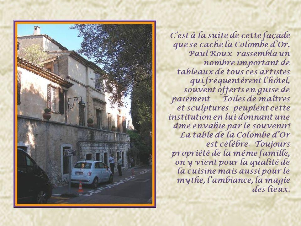 Avant de pénétrer dans la vieille cité, lhôtel de la Colombe dOr est un lieu de légende à cause du nombre impressionnant dartistes qui lont fréquenté.