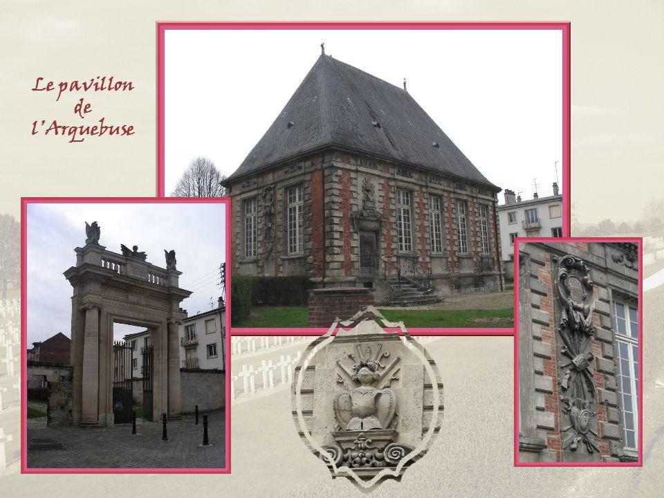 Un très beau pavillon datant de 1626, ancien siège de la Compagnie des Arquebusiers, subsiste encore.