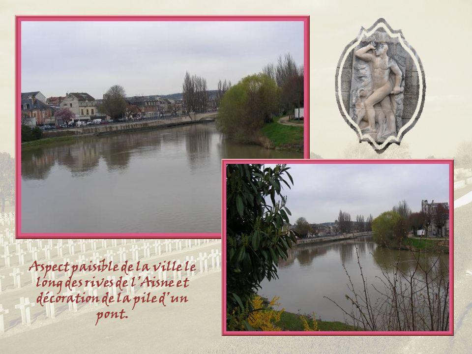 Aspect paisible de la ville le long des rives de lAisne et décoration de la pile dun pont.