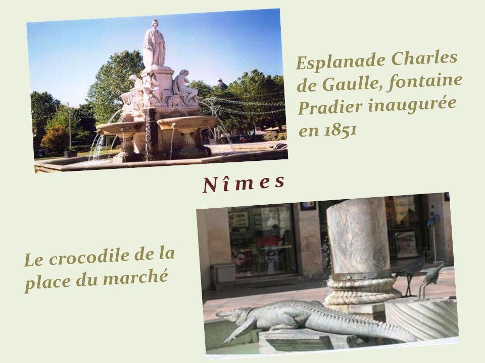 N î m e s Esplanade Charles de Gaulle, fontaine Pradier inaugurée en 1851 Le crocodile de la place du marché