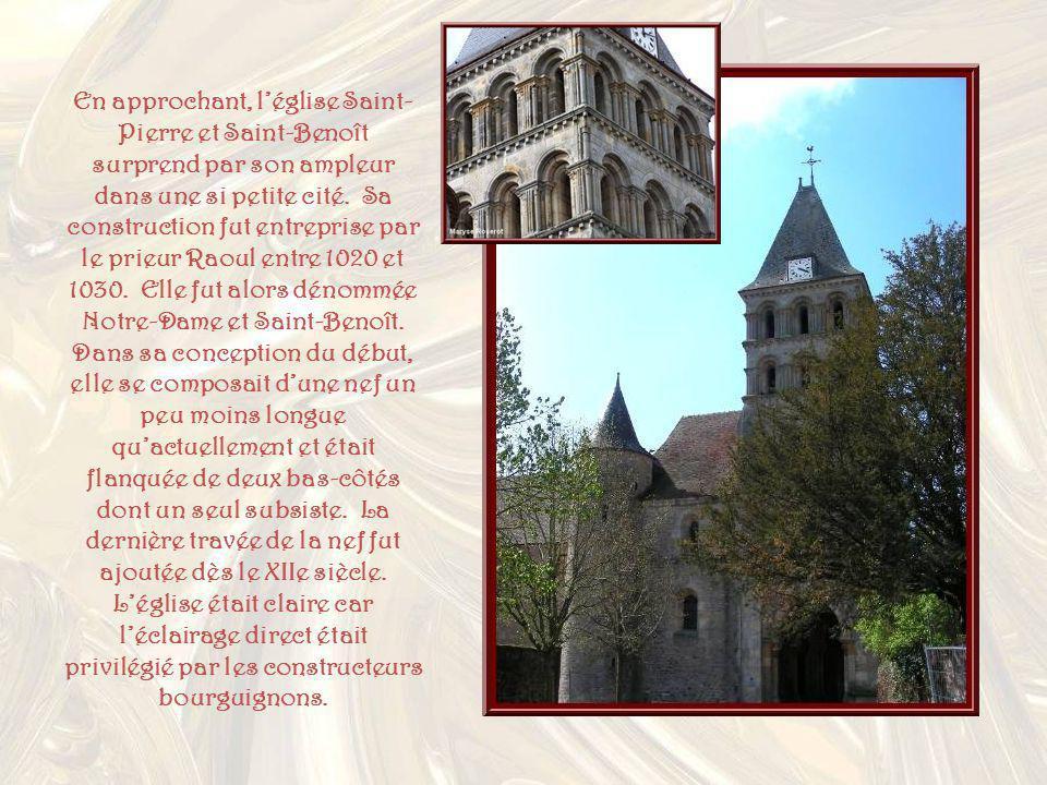 En approchant, léglise Saint- Pierre et Saint-Benoît surprend par son ampleur dans une si petite cité.