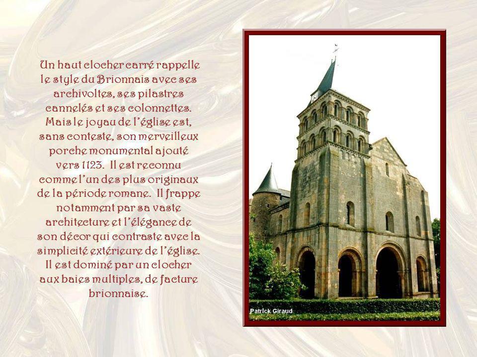 Un haut clocher carré rappelle le style du Brionnais avec ses archivoltes, ses pilastres cannelés et ses colonnettes.