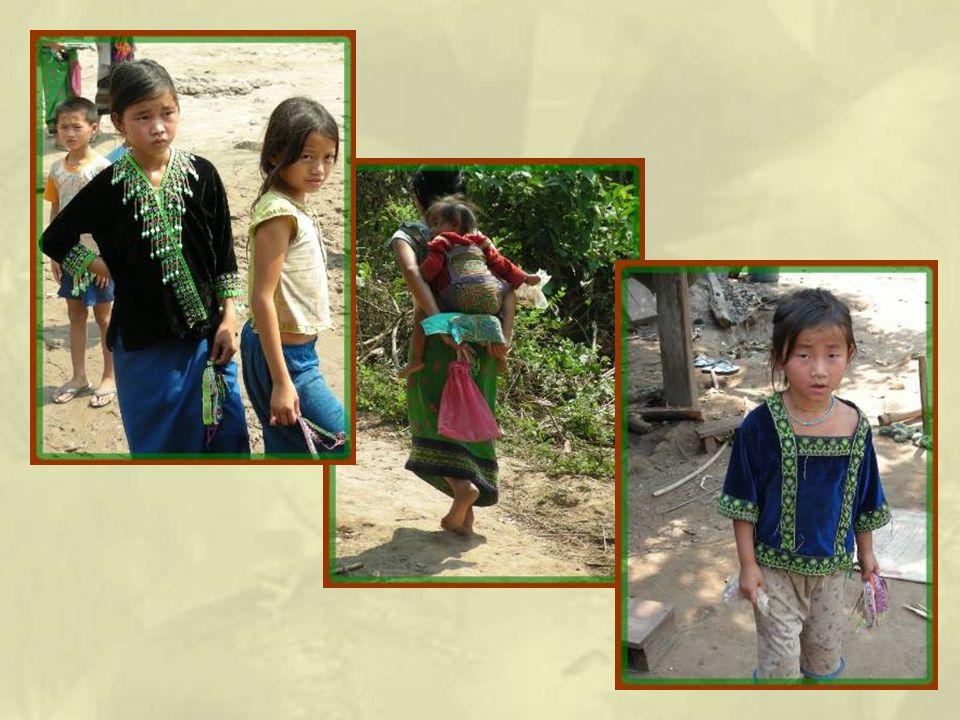 Quelques occupations féminines : enfants, maïs et broderies!