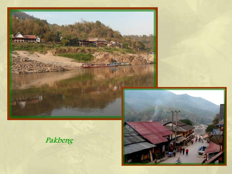 A peu près à mi-chemin du trajet, une halte incontournable se fait à Pakbeng, bourgade Hmong à flanc de montagne. Commerces, habitations et hôtels se
