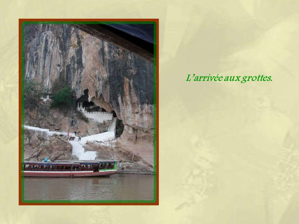 Peu avant larrivée à Luang Prabang, le bateau accoste au pied de lescalier de pierre qui nous conduit à la découverte des grottes de Pak Ou. La premiè