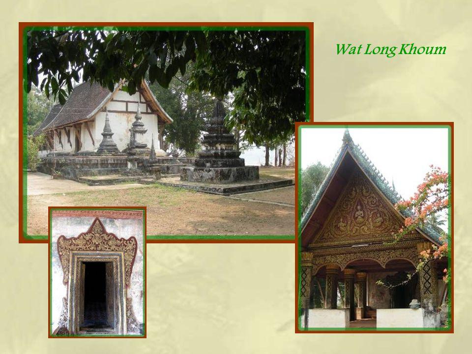 Sur la colline, près du Wat Chompeth, des stupas. Lensemble aurait besoin de restauration mais seule la toiture du petit temple en a bénéficié avec le