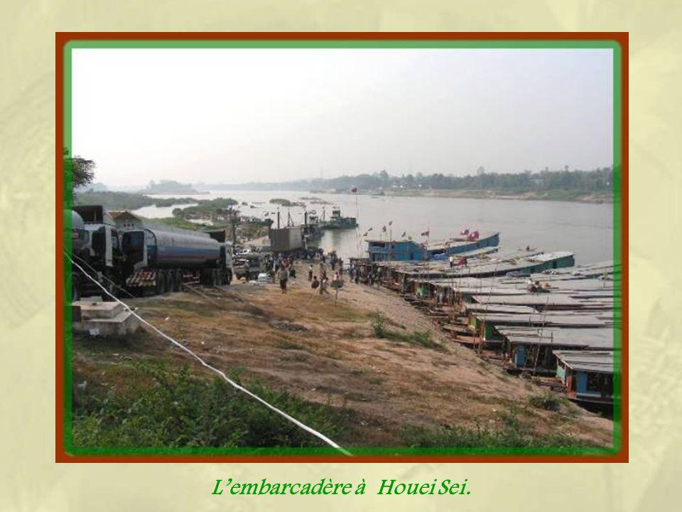 Il faut compter deux journées de navigation de six à sept heures pour effectuer le trajet entre Houei Say à la frontière de la Thaïlande près du Trian