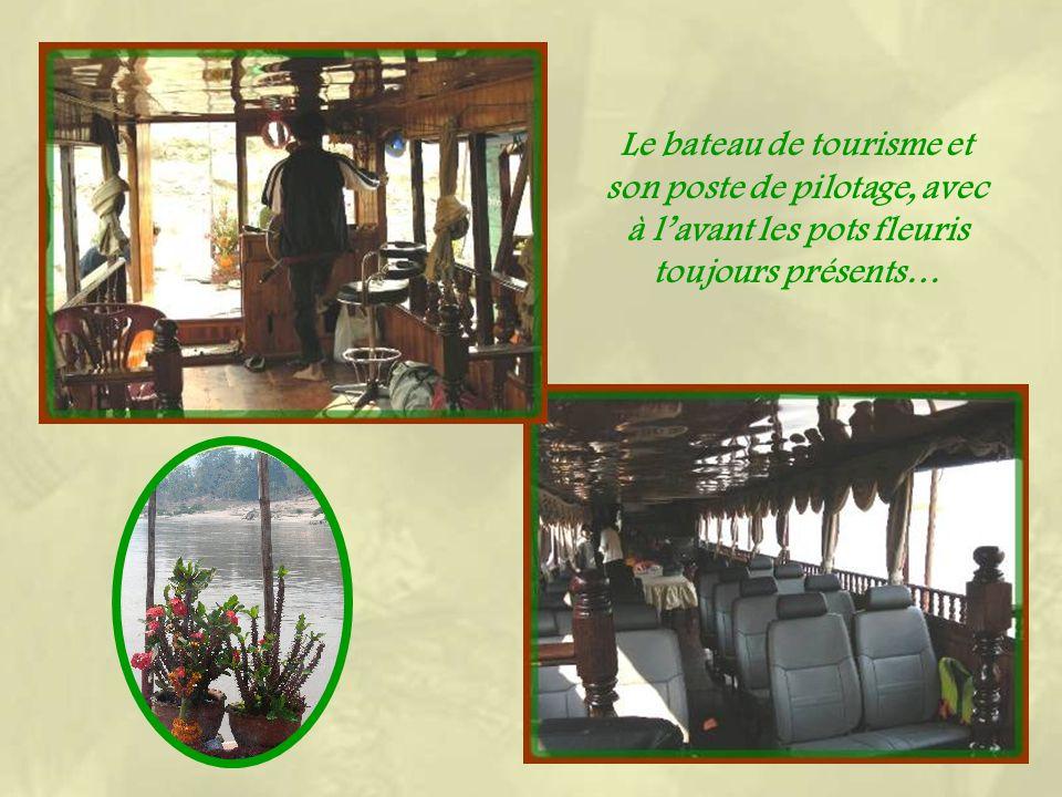 Le bateau de tourisme et son poste de pilotage, avec à lavant les pots fleuris toujours présents…