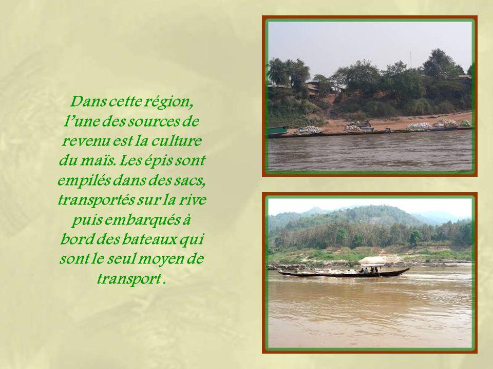 Face à Luang Prabang, une courte traversée en bateau permet daccéder au district de Xieng Men.