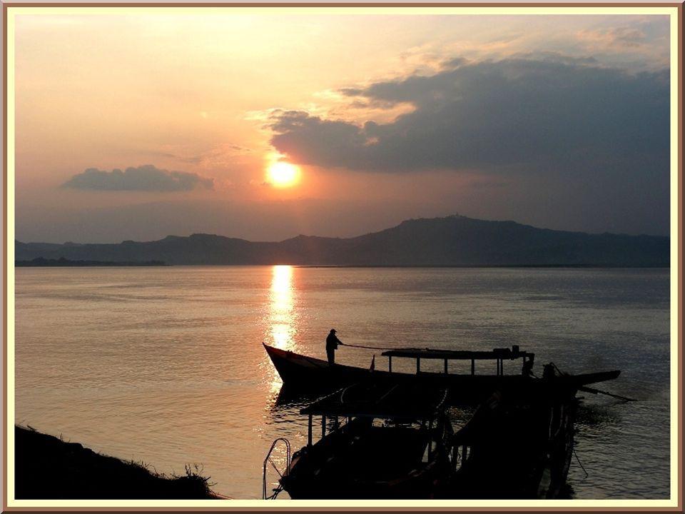 La terrasse de la pagode, de forme cylindrique, est un lieu idéal pour admirer le coucher de soleil sur le fleuve.