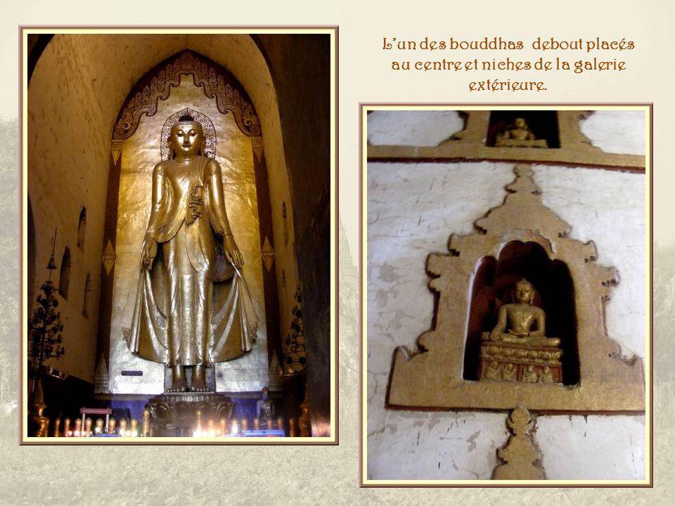 Lédifice est bâti en forme de croix grecque avec quatre galeries qui mènent au cœur du sanctuaire.