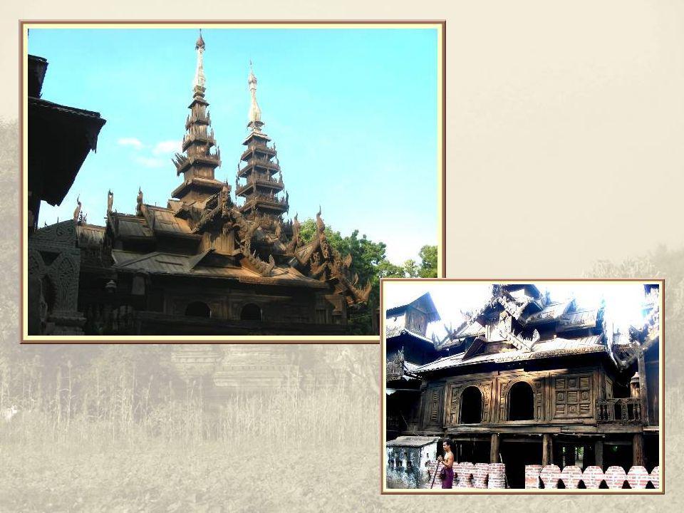 Au cours de la promenade, nous pouvons admirer un magnifique monastère en tek largement sculpté.