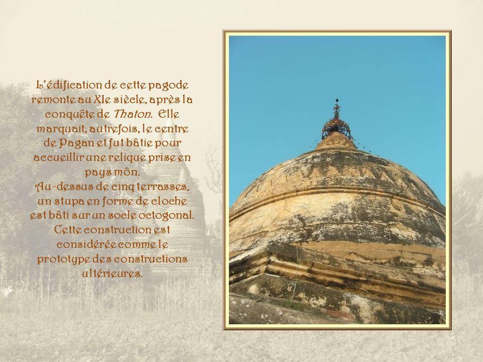 Pour terminer la journée et la visite de Pagan, nous grimpons à la pagode Shwehsandaw.