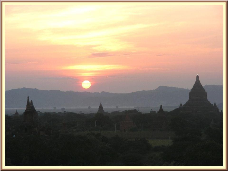 De la pagode Shwehsandaw, nous dominons lensemble de la plaine et cest un bon endroit pour contempler le coucher de soleil!