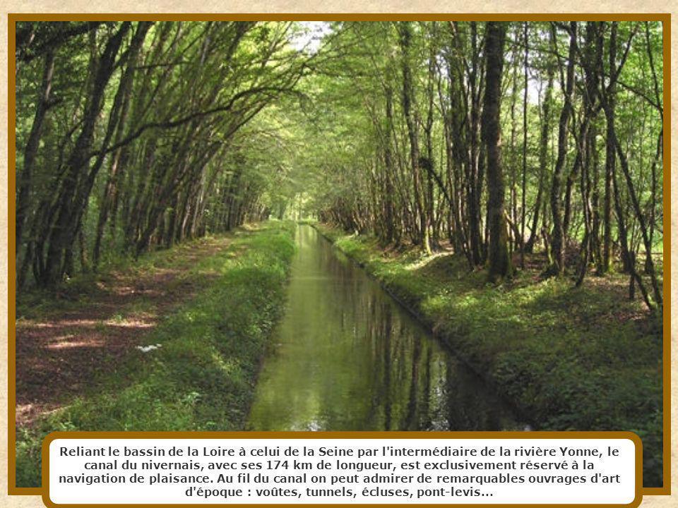 Long de 54 km, le canal de Briare fut commandé par Sully afin de développer le commerce entre provinces et réduire les disettes. Il suit principalemen