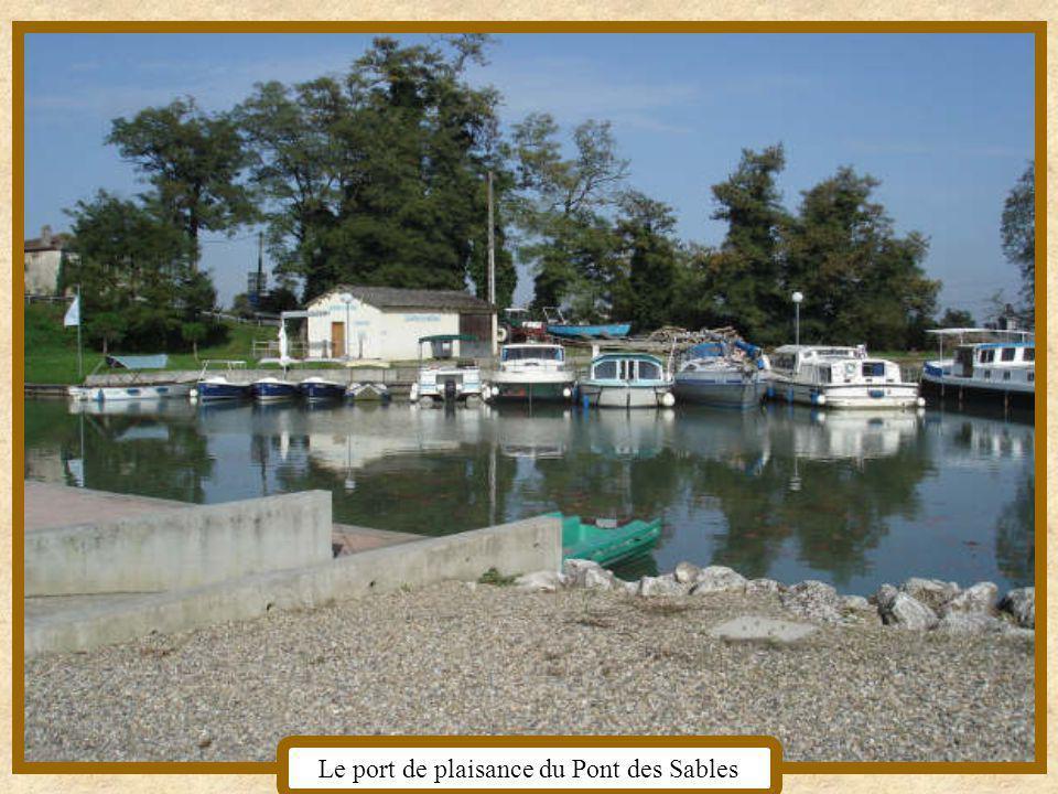 Le canal la maison de mon enfance Et encore le canal au Pont des Sables,section de la commune, qui est le port de plaisance.