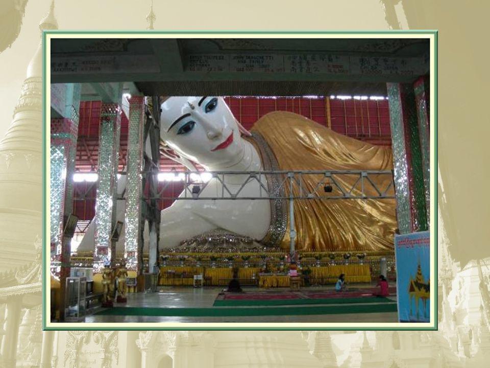 Au nord du lac Kandawgyi, au bord duquel nous avons déjeuné, la pagode Kyautk- htat-gyi, qui ressemble davantage à un grand hangar, abrite un immense bouddha mesurant 70 m de long.