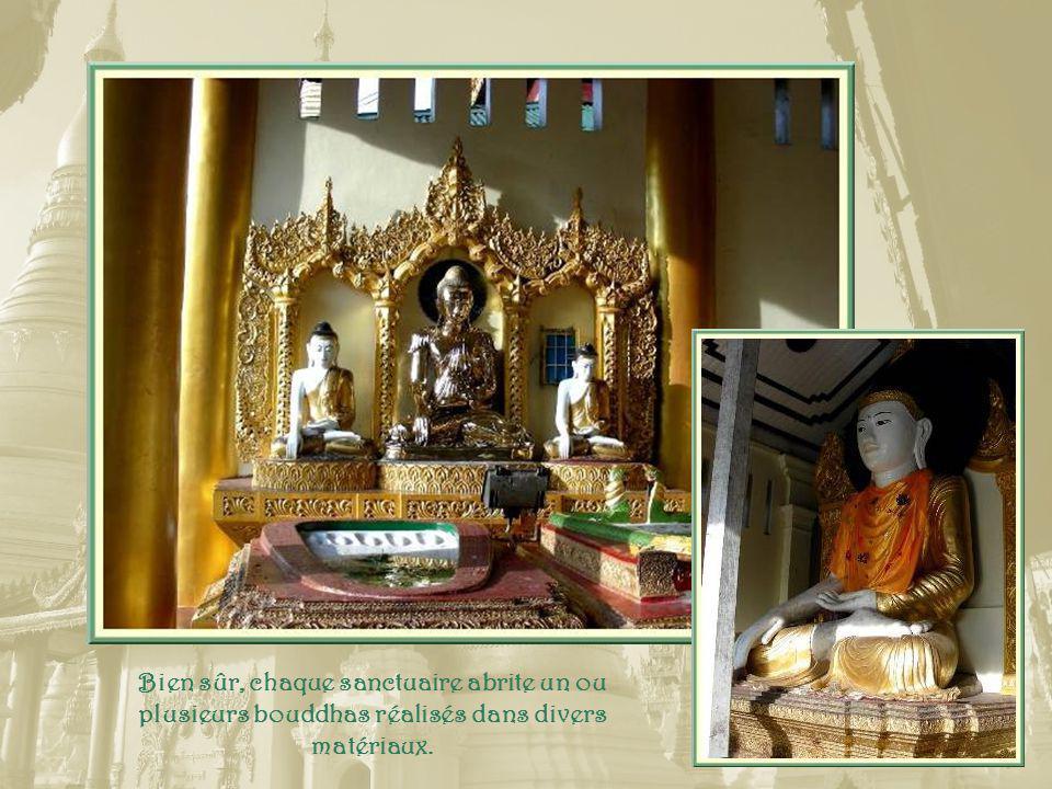 Tout autour du sanctuaire, 82 petits temples, la plupart surmontés de pagodes dorées.