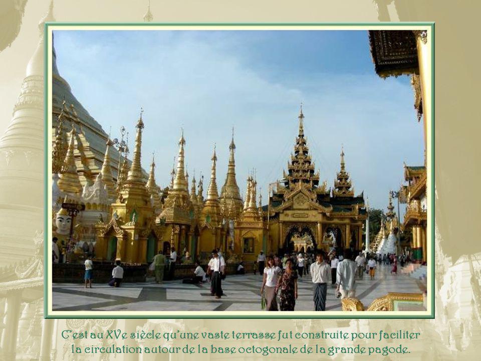 Bien sûr, chaque sanctuaire abrite un ou plusieurs bouddhas réalisés dans divers matériaux.