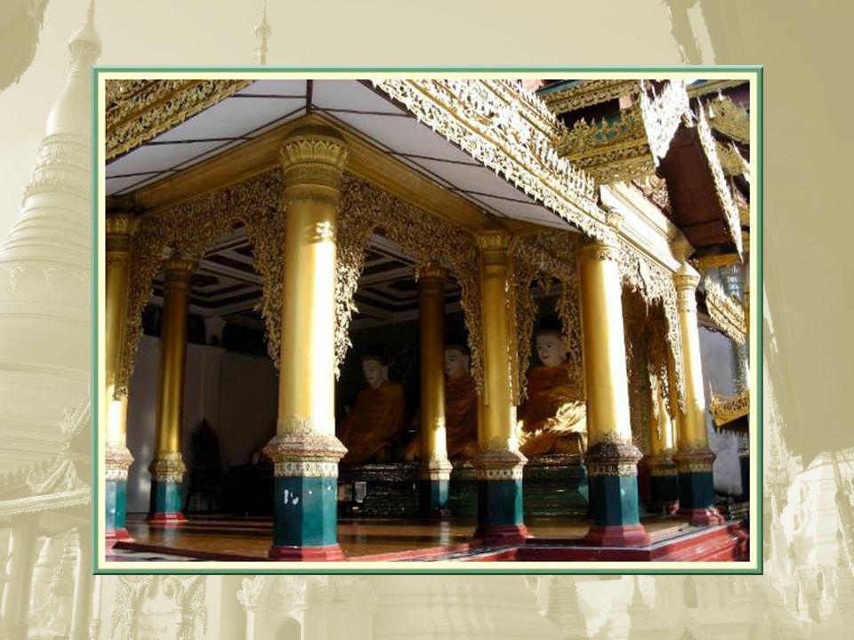 Ci-dessus, le lieu de prière est décoré de mosaïques de verre.