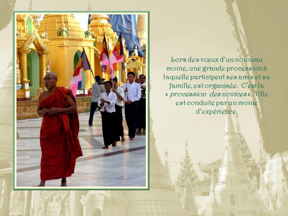 Très curieuse cette pagode complètement revêtue de scènes de la vie de Bouddha.