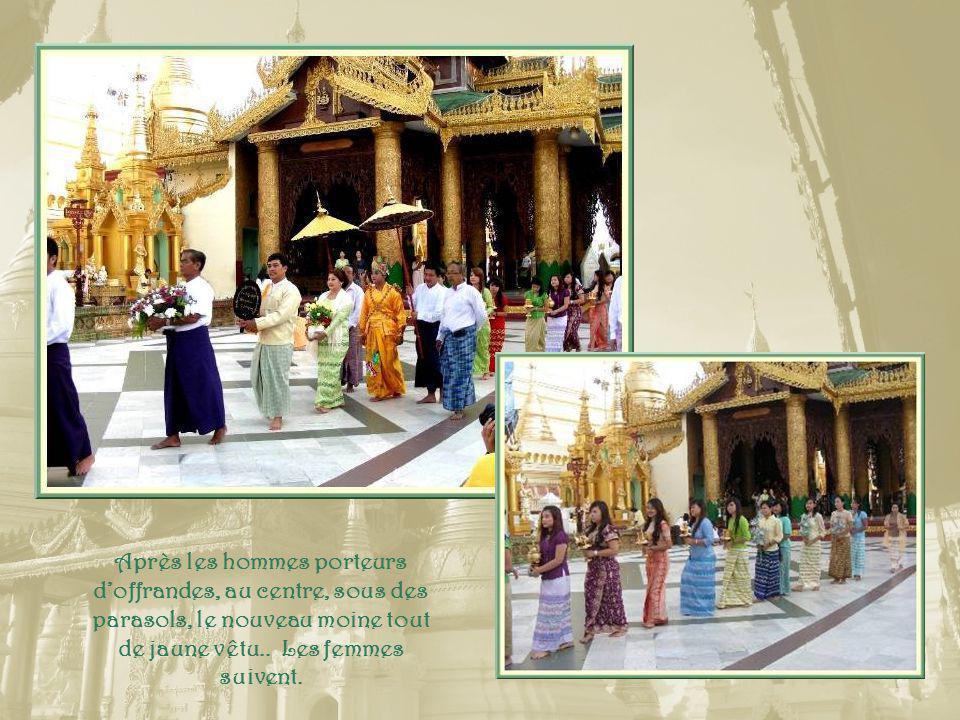 Lors des vœux dun nouveau moine, une grande procession à laquelle participent ses amis et sa famille, est organisée.